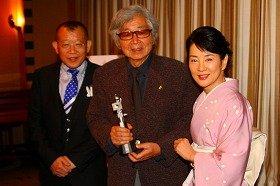 左から笑福亭鶴瓶さん、山田洋次監督、吉永小百合さん