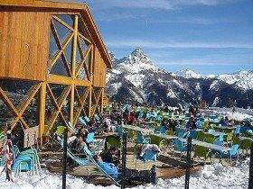 スキー場で日光浴を楽しむフランス人たち