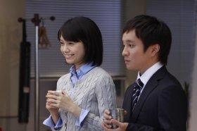 共演した宮崎あおいさんと濱田岳さん。CMではアヒルとネコも残業をお手伝い