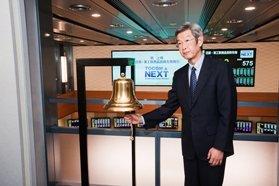 取引開始の鐘を鳴らす東京工業品取引所・江崎 格代表取締役社長