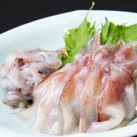 刺し身は、ホタルイカの小さな体から、内蔵、目玉、骨をていねいに取り除いてある。ショウガ醤油で食べるのがおすすめ