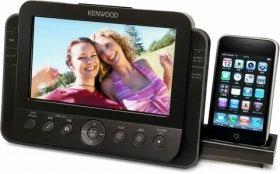 7インチWVGA液晶ディスプレイ搭載。iPodドックは収納可能。