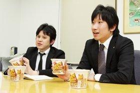 「JANJAN」を手に説明する松山さん(左)と松﨑さん(右)