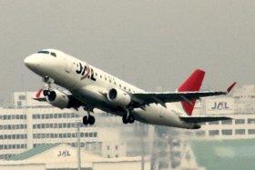 羽田空港を離陸するE170型機