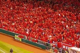 真っ赤に染まったスタジアム。後ろあきにきるのがアメリカ流