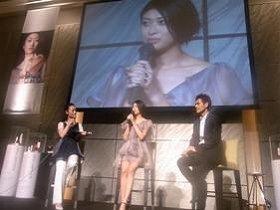 「シュウ ウエムラ」のトークショーに参加した山田優さん(中央)