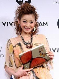 蝶をあしらった「HPミニ2010ヴィヴィアン・タム・エディション」を手に笑顔を見せる西山茉希さん(10年4月13日、都内で)