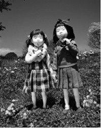 「草花遊びの帰り道」(C)石井美千子1992 JAPAN/写真 山本邦彦