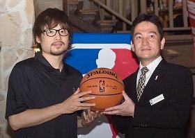 NBAジャパン大使の田臥選手(左)とNBAジャパン安川代表取締役 (21日、東京・渋谷区のゼストキャンティーナ 恵比寿で)
