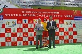 原田泳幸日本マクドナルドCEO(左)とウェスリー・レイノルズ日本コカ・コーラ副社長