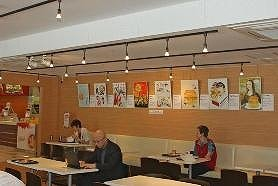 作品が展示され、いつもと違う雰囲気のマクドナルド明治通り新宿ステパ店内。