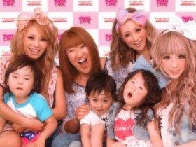 CMでは北斗晶さんが、3人の「ラブモ」&子供たちと共演(後列左から木口さん、北斗さん、大工原さん、日菜さん