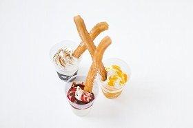 冷たいソフトクリームと熱々チュロスのハーモニー