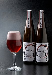 グラスにそそぐと、まるでワインのような濃いピンク色。