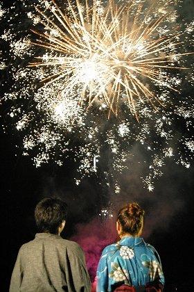 今年で44回目を迎える花火大会で約5000発が夜空を彩る