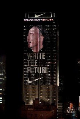 南アフリカの高層ビルに巨大スクリーンが登場(画像は日本代表の田中マルクス闘莉王選手)
