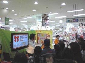 実演販売のプロ・北野裕也さんの呼び声にお客さんの足も思わず止まる