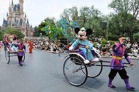 彦星に扮したミッキーマウスと織姫に扮したミニーマウス (C)Disney