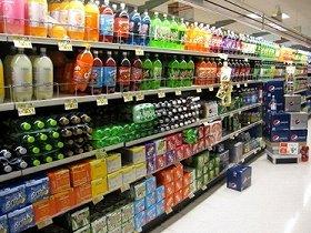スーパーの飲料水コーナー。ボトルのサイズも2リットルが標準です