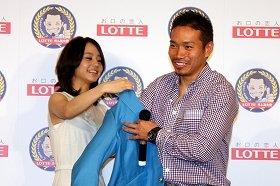 堀北さん(写真左)からジャケットを贈られ笑顔を見せる長友選手