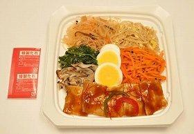 画像は「韓国風豚焼肉ビビンバ(498円)」