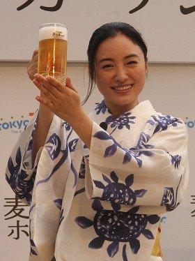 東京タワーでビアガーデンの開業を祝う仲間由紀恵さん(8月1日、都内で)