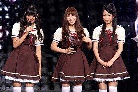 新ブランド発表会で受賞を喜ぶAKB48メンバー(左から北原里英さん、河西智美さん、指原莉乃さん)