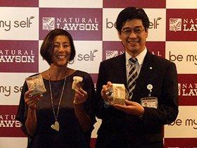 新商品を持って笑顔のRIKACOさんと郷内正勝・ローソン理事執行役員