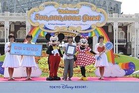 ミッキーマウスから祝福を受ける相馬さん (C)Disney