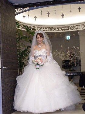 ウエディングドレス姿がまぶしい蛯原友里さん(26日、東京・市谷の「アプローズスクエア東京」で)