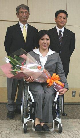 松井貞彦・バンクーバーパラリンピックアルペンスキー日本代表監督、大日方邦子選手、菊池彰夫・電通PR常務(左から)が記者会見に出席した