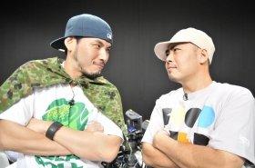 対戦を前ににらみ合うレゲエアーティストのRYO THE SKYWALKERとMOOMIN(左から)