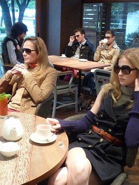 「The Hilfigers」の面々がお茶したり談話したり(渋谷区神宮前のカフェ内で)