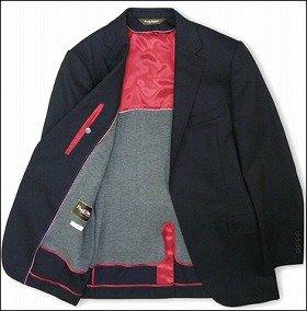 赤色の裏地と、ジャージー素材のライナーが特徴