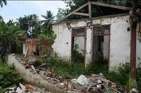 地震で全壊したトイレの跡地(右前)と建設中のトイレ(左奥)(インドネシア/パダン・パリアマン県)