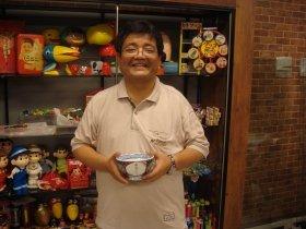 館長の森永卓郎さん。フルネーム入り「吉野家マイどんぶり」と