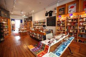 国ごとに分かれた店内の書棚(アイドルワイルドの店内)