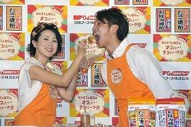 瀬川亮さんにたこやきを食べさせる西村知美さん(13日、都内で)