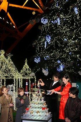 映画出演者がシャンパンで点灯式を祝った