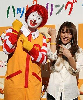 ハッピーリングを見せるドナルドと今井絵理子さん(11月4日、東京・世田谷で)
