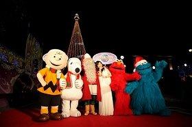 キャラクターとともにカメラに収まるシルクさん(右から3人目)とサンタクロース(同4人目)