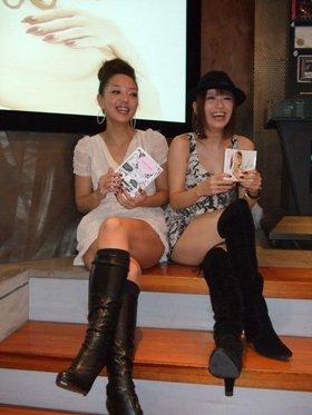 LiLyさん(左)とSoweluさん(東京・港区のエイベックス本社で)