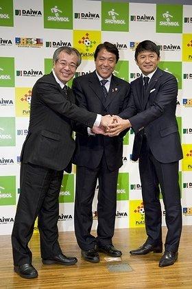 ヤル気満々の(左から)越智正昭氏、奥寺康彦氏、武田修宏氏(2010年11月16日、都内で)