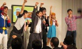 「まねチャレバトル」決着イベントで気勢を上げる芸人ら(写真右から2人目が桜 稲垣早希さん)=都内で