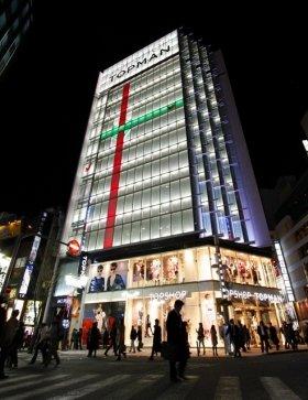 ライトアップした「ミラザ(MIRRAZA)新宿」(12月10日)