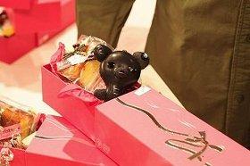 「AKM(エイ・ケイ・エム)」の「クマ型キーホルダー」。2010年秋冬コレクションで使用した素材を使用した、スワロフスキー・エレメント付きベアーだ