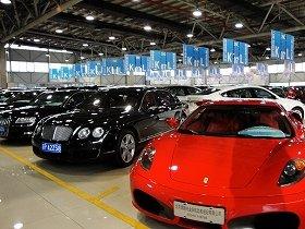 ベンツ、ポルシェ、ランボルギーニ、ロールスロイス……。高級車が並ぶ屋内市場