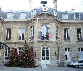 パリの区役所前にもツリーが