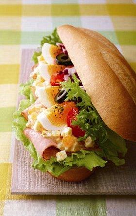 「ミラノサンド タマゴとスモークベーコン ~彩りサラダ~」