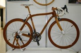 ハンドメイド自転車が多数登場(写真はマホガニー製ロードバイク7号機)